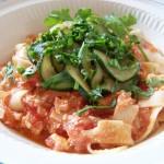 Tagliatelle w sosie pomidorowym z fetą i cukinią
