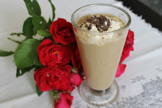 Różana kawa mrożona