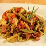 Bazyliowy makaron z włoskimi wędlinami i karczochami
