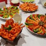 Słupki z warzyw i nuggetsy z dipami
