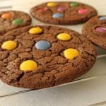Czekoladowe cookies z lentilkami