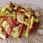 Sałatka z bucatini, serem bałkańskim i salami