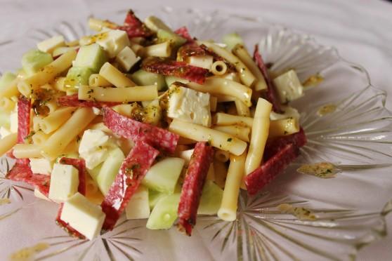 Sałatka z bucatini, bałkańskim serem i salami