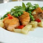 Łosoś z ziemniakami, kuminem, smażoną rukolą i zielonym groszkiem