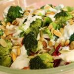 Sałatka z brokułami i wędzonym kurczakiem