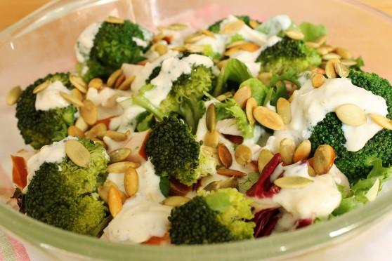 Sałatka z brokułami i wędzonym kurczakiem 558x372 Sałatka z brokułami i wędzonym kurczakiem
