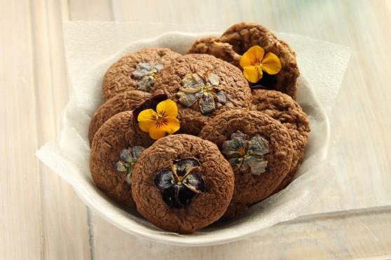 Ciasteczka czekoladowe z fiołkami