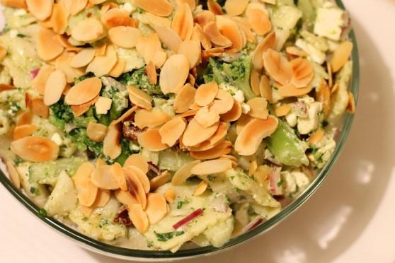 Sałatka z brokułami, fetą i migdałami (2)