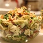 Sałatka z ravioli, fetą i prażonymi migdałami