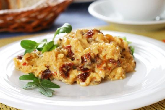 Jajecznica-z-suszonymi-pomidorami
