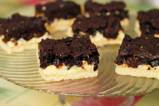 Mazurek z pijanymi śliwkami i czekoladą 558x372 Mazurek z pijanymi śliwkami i czekoladą