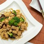 Stir-fry z brokułami, sezamem i makaronem udon