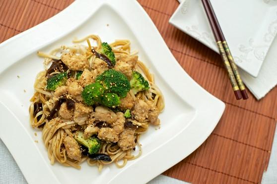 Makaron udon z kurczakiem, brokułami i sezamem