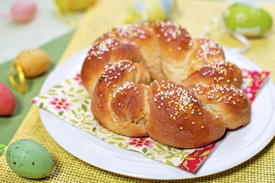 Wielkanocna plecionka z orzechami i kardamonem