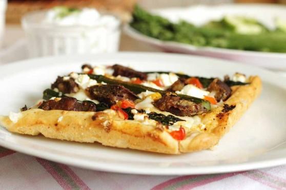 Pizza-z-wątróbką-i-szparagami