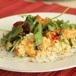 Letnia sałatka na ciepło z quinoa, pieczonymi pomidorkami, kurczakiem i rukolą