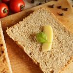 Chleb z mąką pełnoziarnistą i żółtym serem