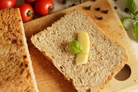 Chlebek-z-mąką-pełnoziarnistą-i-serem-żółtym