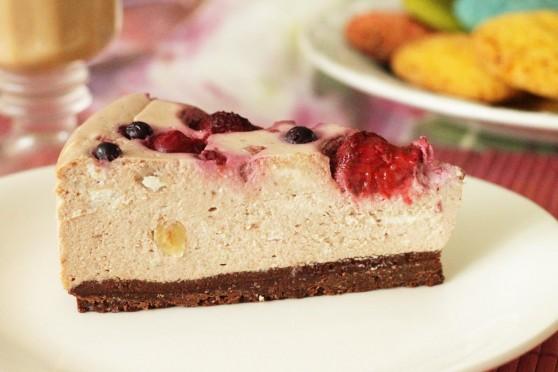 Sernik-czekoladowy-z-owocami-leśnymi-1