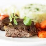 Stek z antrykotu z marchewką w wędzonej papryce i puree ziemniaczano-kalafiorowym