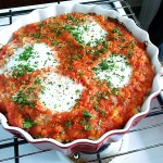 Jajka sadzone na zapiekance z kaszą jaglaną, kalafiorem i pomidorami