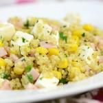Sałatka z quinoa, szynką i fetą