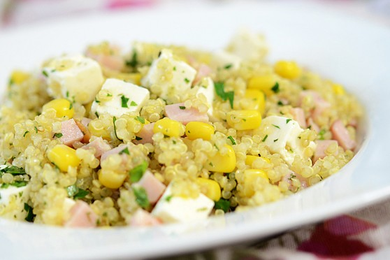 Sałatka-z-quinoa,-szynką-i-fetą-2