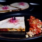 Quesadilla z chorizo, kiełkami na patelnię i czosnkową goudą