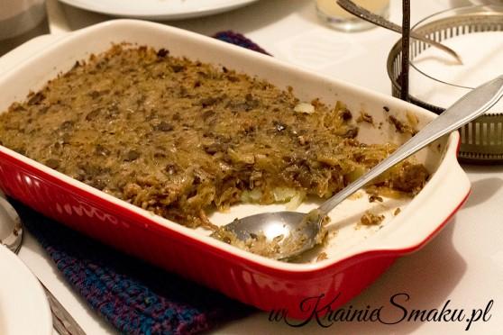 Zapiekanka z ziemniakami, mięsem oraz kapustą i grzybami