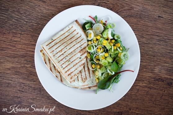 Quesadilla z kremowym serkiem i łososiem + sałatka z pora, kukurydzy i ogórka