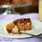 Ciasto czekoladowe z prażonymi jabłkami i bakaliami