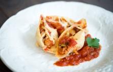 Muszle zapiekane z kabanosem, kalafiorem i porem w sosie pomidorowym