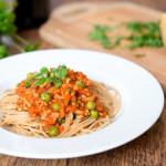 Spaghetti a'la bolognese z warzywami, sherry i lubczykiem
