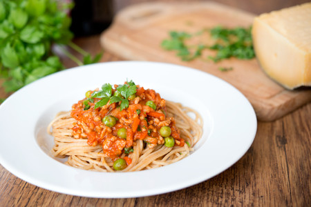 A'la spaghetti bolognese z warzywami, sherry i lubczykiem