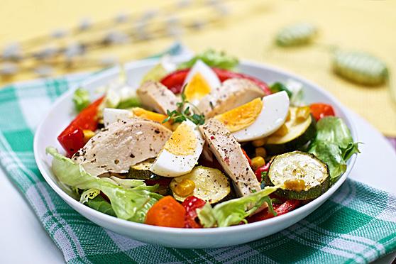 Sałatka z jajkami i pieczonym kurczakiem