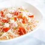 Coleslaw z pomidorkami koktajlowymi, mozzarellą i kiełkami rzodkiewki