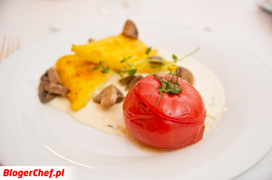 Polenta-w-sosie-śmietanowym-z-pieczarkami-i-faszerowanym-pomidorem