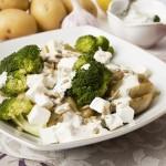 Sałatka ziemniaczana z brokułami i fetą – z mikrofalówki!