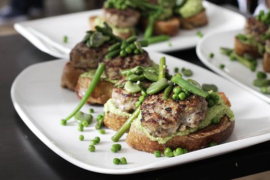 Burgery z indyka na hummusie z zielonych warzyw