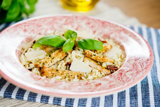 Ryż z pesto, mięsem i suszonymi pomidorami