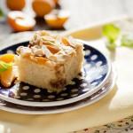 Ciasto migdałowe z morelami i kajmakiem na maślance