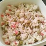 Sałatki z ryżem i surimi