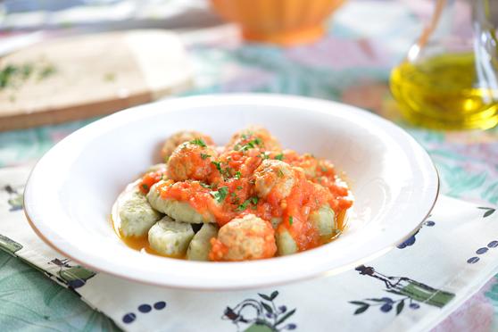 Kopytka z bobu z sosem ze świeżych pomidorów i klopsikami