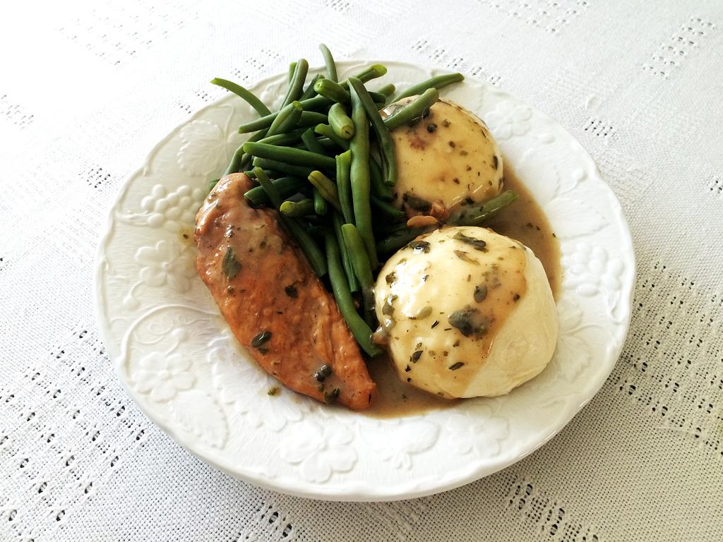 Kurczak w sosie mięsnym z pyzami i fasolką szparagową