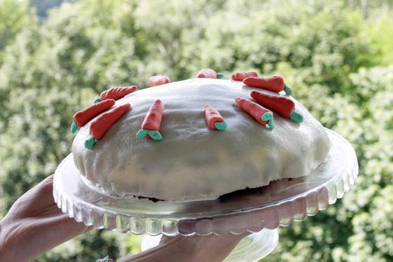 Tort marchewkowy z masą marcepanową