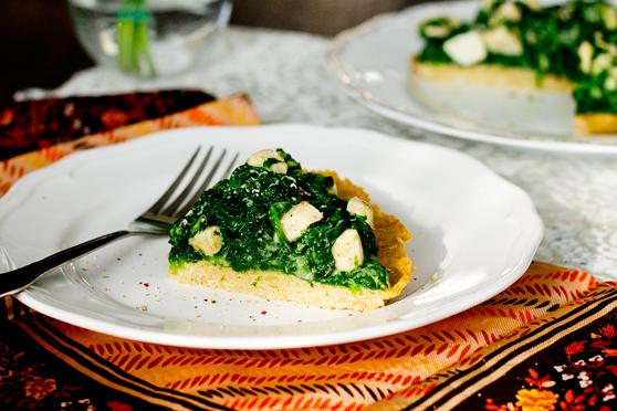 Tarta z ciecierzycy ze szpinakiem i kurczakiem w sosie serowym