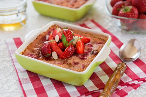 Zapiekana-jaglanka-z-truskawkami-i-owocami-goji