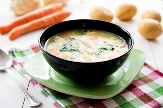 Zupa ziemniaczana z marchewką, kalafiorem i szpinakiem