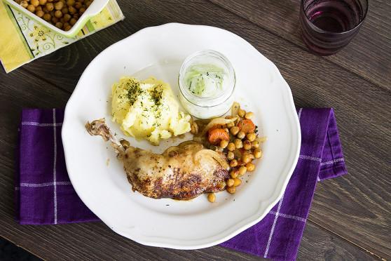 Pieczony kurczak w ziołach, z nutą cytryny i ciecierzycą