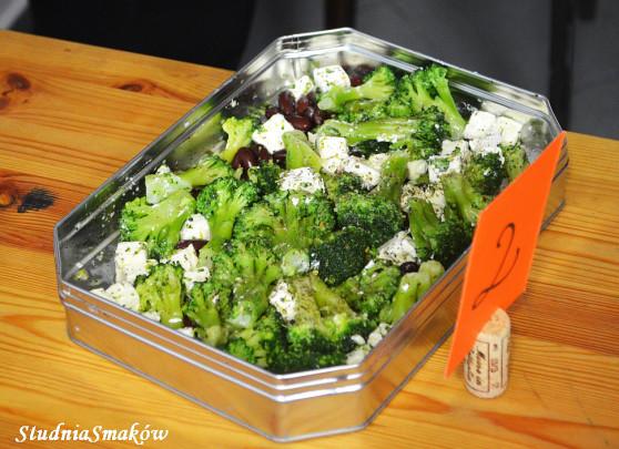 Sałatka z brokułami, fetą i oliwkami
